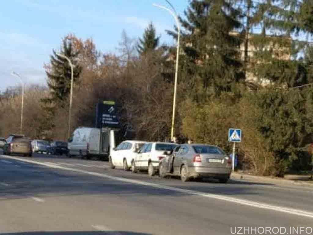 ДТП в Ужгороді: зіткнулися 3 автівки
