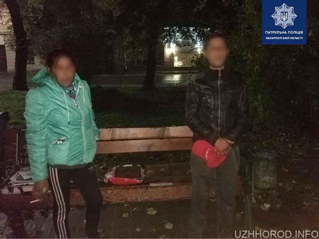 Патрульні застали чоловіка й жінку на крадіжці каналізаційних решіток (ФОТО)