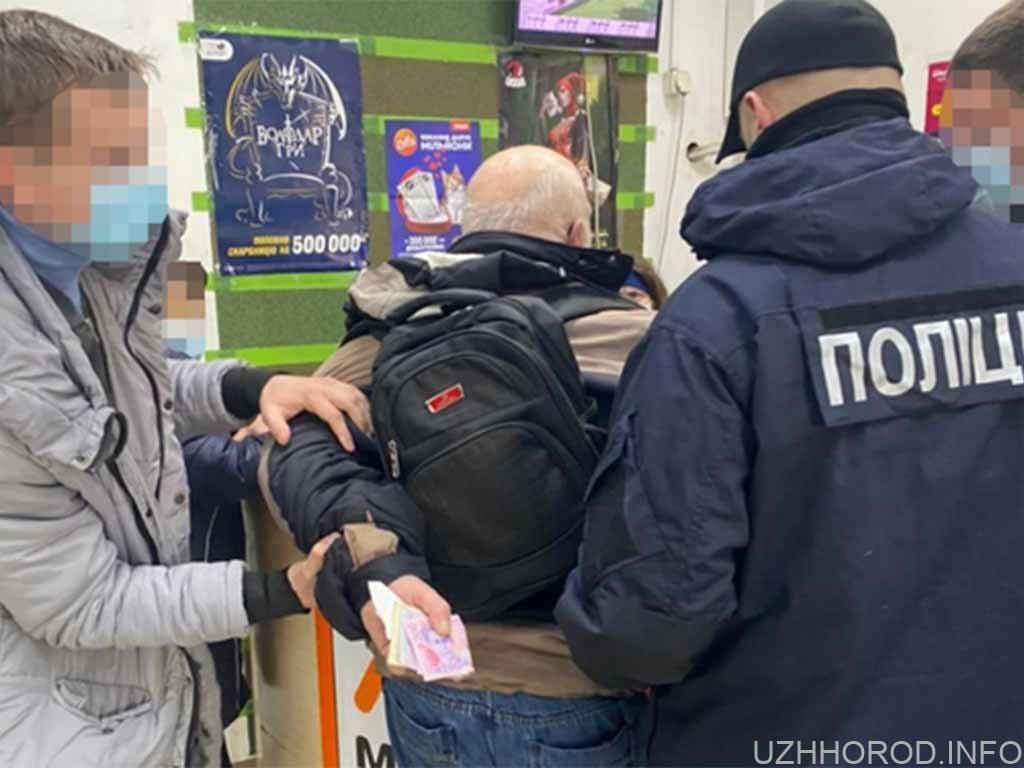 Правоохоронці затримали митника, який вимагав 4000 доларів від сигаретних контрабандистів