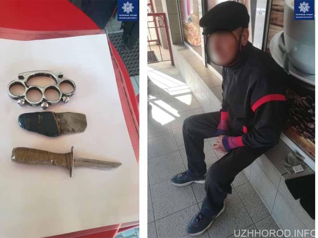 чоловік із холодною зброєю в руках фото