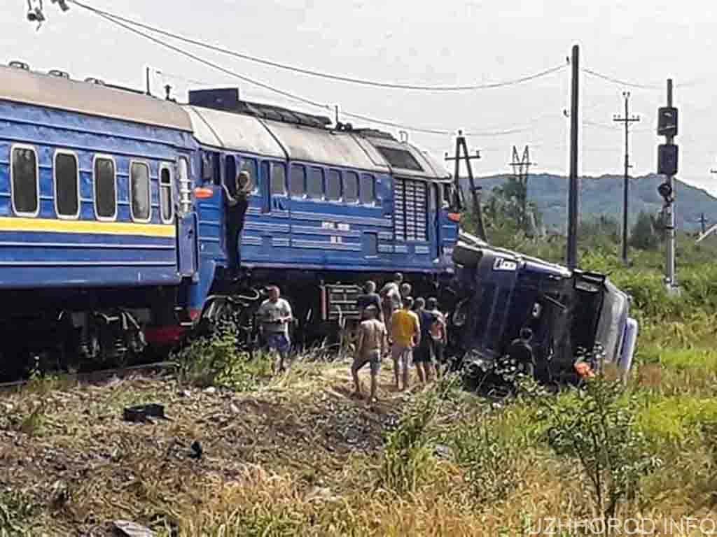 Пасажирський поїзд зіткнувся з вантажівкою: є постраждалі, пасажирів евакуювали