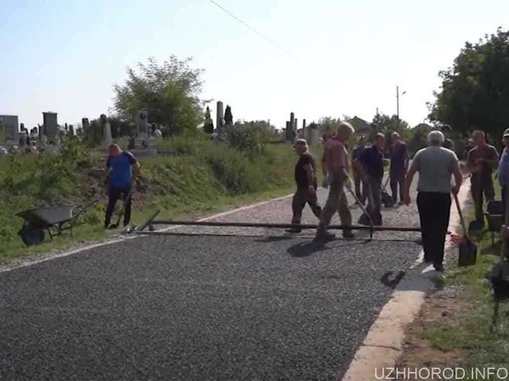 У В.Доброні дорогу ремонтують власними силами (ВІДЕО)