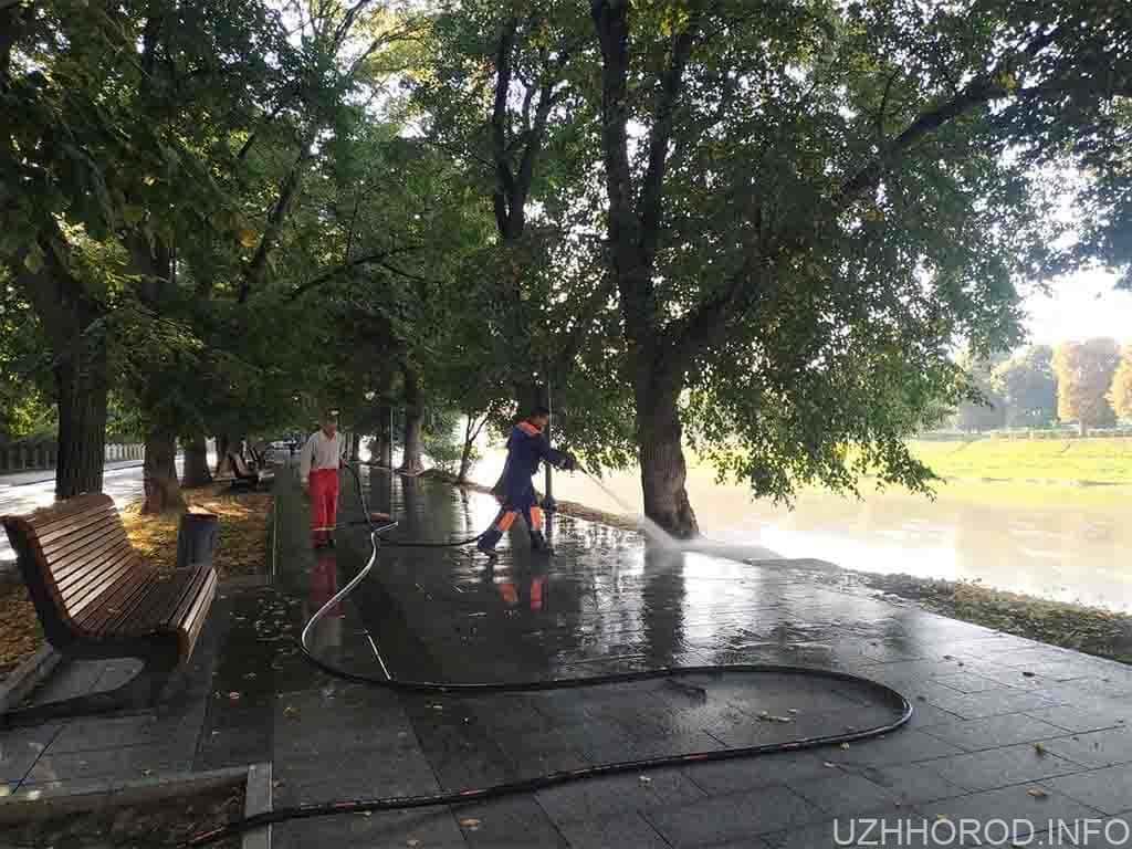 Сьогодні в Ужгороді миють набережну Незалежності