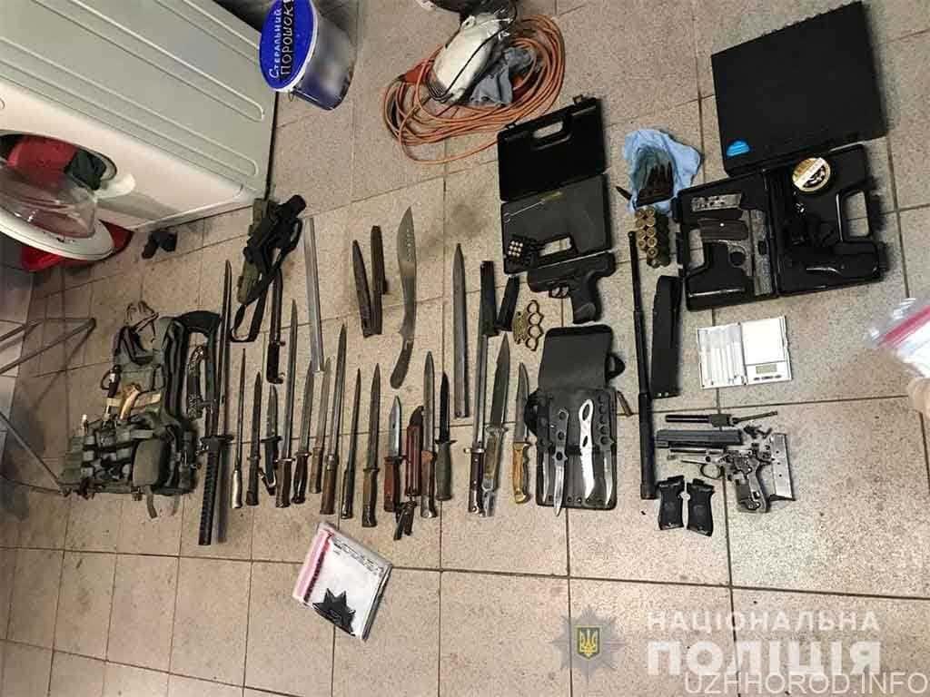 Поліція вилучила у двох наркоторговців понад двадцять одиниць зброї