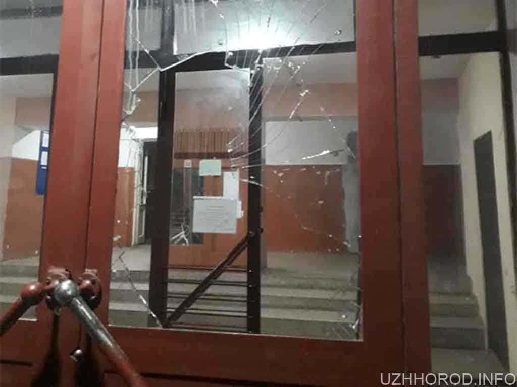 розбили скло на дверях фото